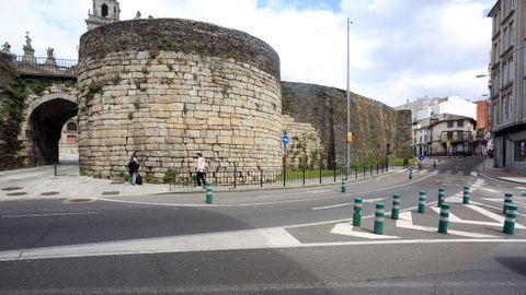 Los coches que circulen por la ronda da Muralla tendrán prioridad en la Porta de Santiago