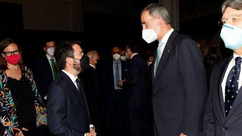 Felipe VI y Pere Aragonès conversan, este domingo, antes de la cena inaugural del Mobile World Congress en Barcelona