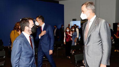 Felipe VI conversa con el presidente de la Generalitat durante la apertura del Mobile World Congress