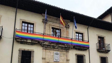 Una bandera arcoíris luce en la fachada del Ayuntamiento de Cangas del Narcea