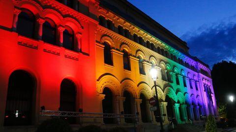 La Presidencia del Principado iluminada con los colores de la bandera arco iris