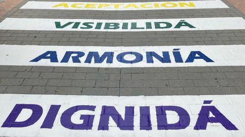El Ayuntamiento de Lena pinta un paso de peatones con palabras dedicadas al colectivo LGTBI