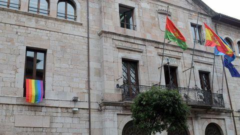 El Ayutamiento de Llanes luce una bandera del colectivo LGTBI