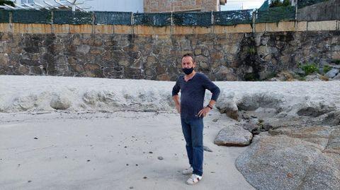 El mar desbasta la línea de playa en un de los extremos de A Carabuxeira