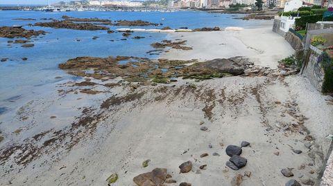 Vecinos se quejan de que no se extendiese más la arena en este extremo de la playa