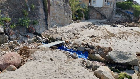 Uno de los riachuelos que desembocan en la playa de A Carabuxeira