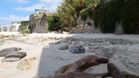 El mar ha vuelto a dejar a la vista rocas en la zona más próxima a uno de los extremos de la playa