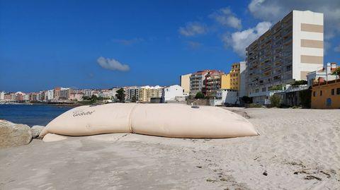 Uno de los geotubos colocados en la playa para impedir el arrastre de la arena al mar