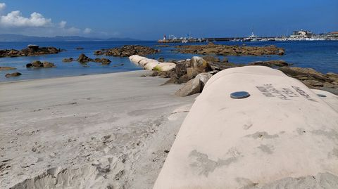 Barrera de geotubos en el centro de A Carabuxeira, que frena el arrastre de arena