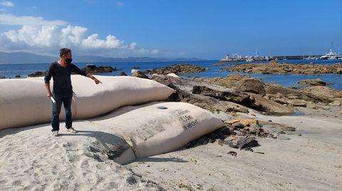 El mar ha alterado ya el perfil de la playa en uno de los lados de la barrera de geotubos