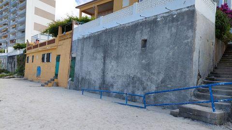 Antes del proyecto de regeneración de la playa, estas escaleras y sus cimientos, sin arena, estaban en el aire