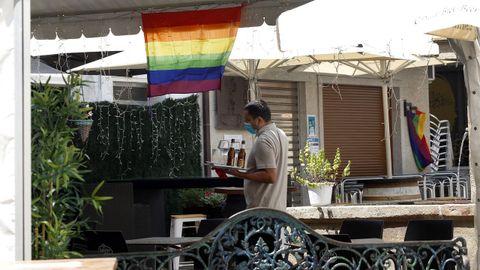 ¡Mira las fotos del Día del Orgullo LGBTIQ+ en Barbanza!.Los locales de hostelería de A Pobra se engalanaron con banderas arco iris