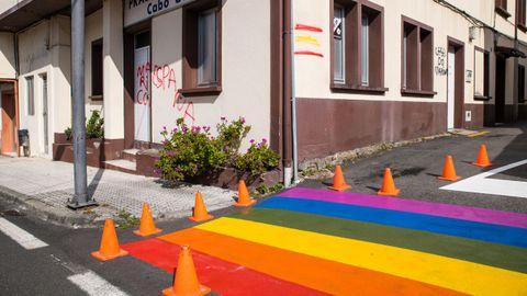 ¡Mira las fotos del Día del Orgullo LGBTIQ+ en Barbanza!.El Concello de Boiro pintó un paso de peatones multicolor en Cabo de Cruz