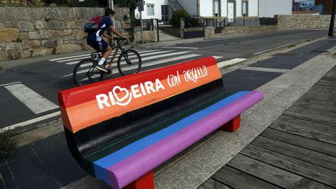 ¡Mira las fotos del Día del Orgullo LGBTIQ+ en Barbanza!.El banco arco iris de Ribeira apareció con una franja negra pintada
