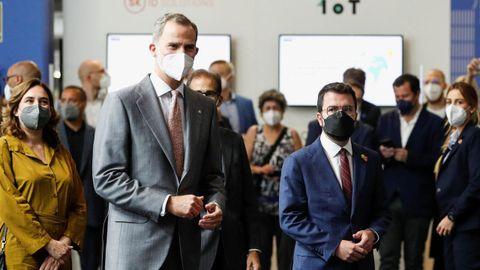 El rey Felipe VI con la alcaldesa de Barcelona, Ada Colau,  y el presidente de la Generalitat, Pere Aragonès, este lunes en el Mobile World Congress