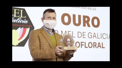 Iván Marrube, de Ouro Puro, recogiendo el premio a la mejor miel de Galicia