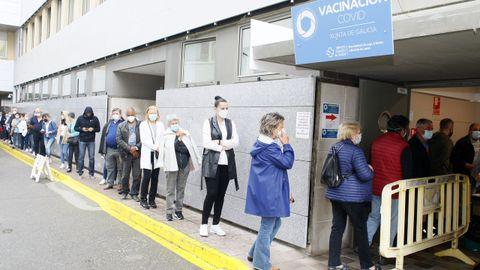 Cola en el hospital de Burela para vacunarse del covid