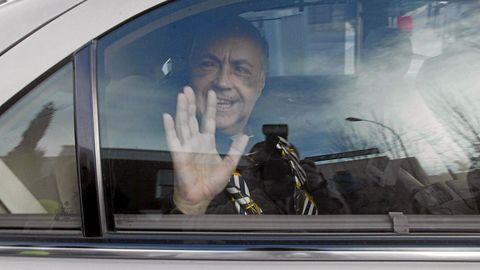 José Luis Moreno saluda a la salida del hsopital, en diciembre del 2007