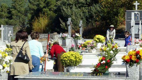 Visitas al cementerio de Quiroga por el día de Santos, en una imagen de archivo