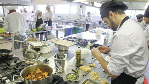 En la imagen de archivo, un alumno de hostelería en las cocinas del Fraga do Eume