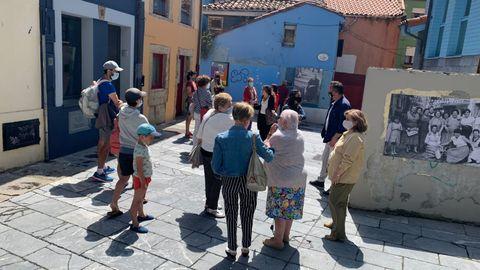 Un grupo de personas visita la Casa de la Memoria de Cimadevilla