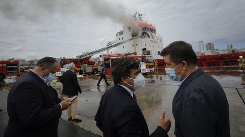 Martín Fernández Prado, presidente del Puerto, y el concejal de Seguridad de A Coruña, Juan Ignacio Borrego, ante el barco siniestrado