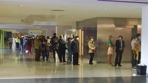 Decenas de personas esperan en el HUCA para recibir la vacuna