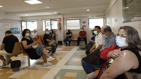 Sala de espera de la unidad de vacunación en el Hospital Público da Mariña, en Burela