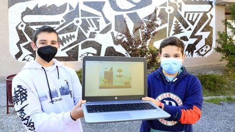 A la izquierda, Alberto Fernández, de 14 años, y Adrián Agruña, de 13, con una imagen de su videojuego