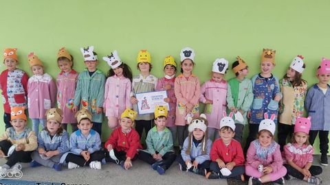 Los alumnos de sexto de Educación Infantil de Xove aprendieron a la vez las letras en tinta y en braille, como su compañero Lucas