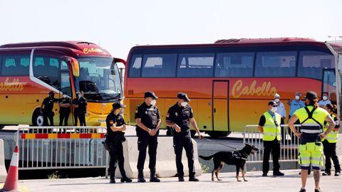 Agentes de la Policía Nacional custodiaron los buses de traslado de los estudiantes