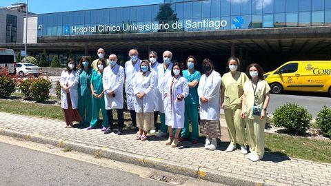 Equipo que de especialistas de cardiología, cirugía cardíaca, anestesia y reanimación y enfermería, con la gerente del área sanitaria, Eloína Núñez