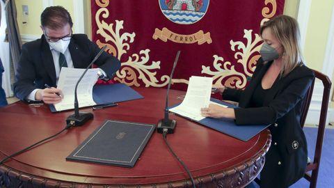 El alcalde de Ferrol, Ángel Mato, y la conselleira de Política Social, Fabiola García, firmaron en el Concello el convenio para la cesión del suelo en O Bertón.