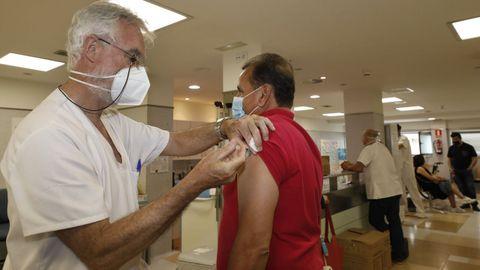 Imagen de la vacunación en el hospital de Burela