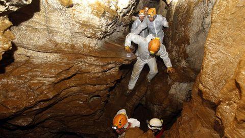 Visitantes en la Cova do Rei Cintolo, en Mondoñedo