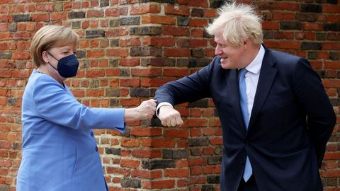 Merkel y Johnson se saludan antes de su reunión en Chequers, la residencia campestre del «premier».