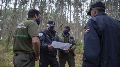 El grupo de Axentes Facultativos Medioambientais (Medio Rural) y la Policía Autonómica comparten información para vigilar el monte