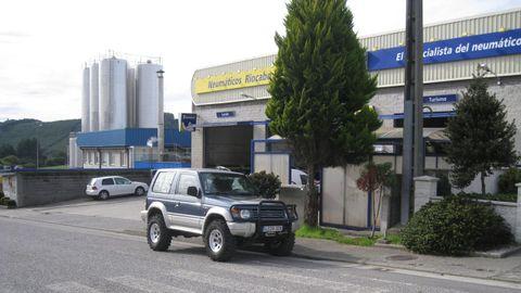 Al fondo, vista de la fábrica de Naturleite en el polígono de Meira