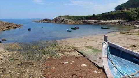 PLAYA DE SORRIZO (ARTEIXO). Las rocas y la arena se mezclan en esta playa ubicada en el puerto de Sorrizo. Son 90 metros que carecen de servicios. Se trata de una cala vecinal a la que apenas acude gente que no es de la zona.
