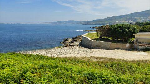 CALA DE O RELOXEIRO (ARTEIXO). Las rocas de la orilla se funden con la arena en esta playa que cuenta con una caseta con baños. Al igual que las playas de la zona, carece de aparcamiento. Una zona muy familiar.