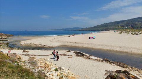 PLAYA DE BARRAÑÁN (ARTEIXO). Con bandera azul, son 1.100 metros de arena blanca y fina que cuenta con todos los servicios, incluido una zona infantil. Se trata de una playa de referencia de los surfistas y, además, cuenta con varios establecimientos de comida y bebida.