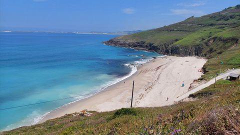PLAYA DE COMBOUZAS (ARTEIXO). Son 300 metros de playa de arena blanca y fina. Una de las pocas en las que se practica el nudismo. También tiene bandera azul porque cuenta con todos los servicios.