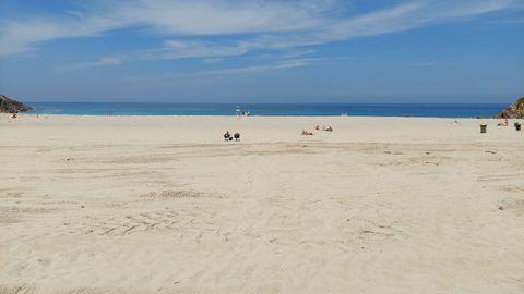 PLAYA DE VALCOVO (ARTEIXO). Son 255 metros de bandera azul. Lo que supone que cuenta con todos los servicios. Desde socorrismo a baños, duchas, chiringuito y aparcamiento gratuito. Es una de esas playas que mide casi tanto de largo como de ancho, por lo que cuenta con un amplísimo arenal.
