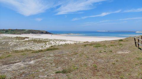 PLAYA DE REPIBELO (ARTEIXO). Son 145 metros de playa de arena fina. Cuenta con aparcamiento, chiringuito y los servicios más esenciales. Para llegar a ella, lo mejor es ir bordeando la costa desde Sabón hacia el sur. Muy tranquila.