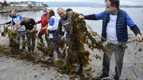 As actividades de recollida de residuos no mar, como a organizada por Afundación no entorno da Illa, son altamente concienciadoras