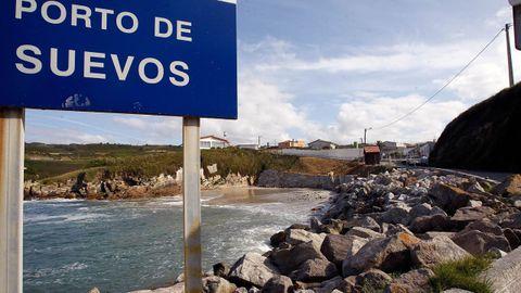 CALA DE SUEVOS (ARTEIXO). Junto al puerto, se encuentra esta pequeña playa que solo frecuentan los vecinos de la zona. Carece de servicios.