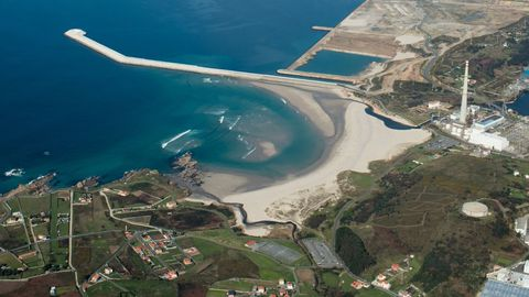 PLAYAS DE ALBA Y SABÓN: Junto a Punta Langosteira, las playas de Alba y Sabón se juntan. Cuentan con todos los servicios. Además, de la zona de de las que cuenta con más plazas de estacionamiento. Son 800 metros de arena fina. Es una de los arenales con mayor temperatura del mar.