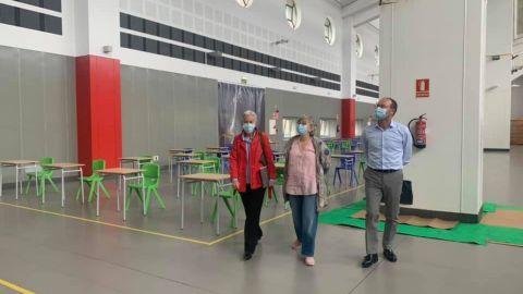 La consejera de Educación, Carmen Suárez, y la alcaldesa de Gijón, Ana González, recorren la nave que albergará el futuro Centro de Innovación en FP, en Gijón, acompañadas por el director general de Enseñanzas Profesionales, Javier Cueli