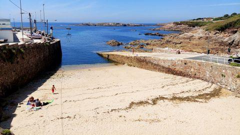 PLAYA DE O PORTIÑO (A CORUÑA). Se trata de una playa vecinal junto al puerto. Cuenta con un amplio aparcamiento (también para caravanas), pero carece de los servicios más esenciales. Muy cerca se encuentra un establecimiento para comer y beber.