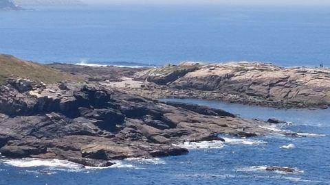 PLAYA DE ILLA REDONDA: Un paraíso frente al océano. Para llegar hasta ella hay que aparcar en O Portiño y caminar por un sendero dos kilómetros, hasta la entrada del EDAR Bens. Y continuar bordeando la costa. Allí, el bañista se encontrará con una cala a la que acude muy poca gente. De piedras y arena.